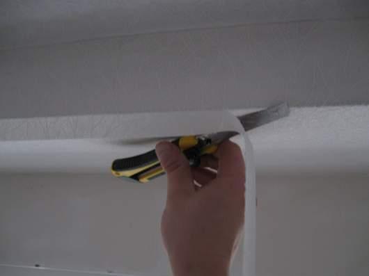 Обрезка обоев на потолке