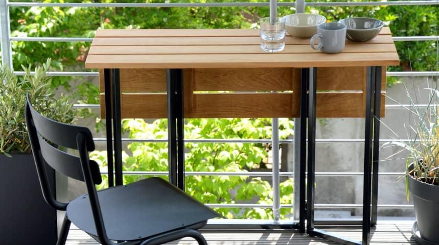 Складной стол на балконе